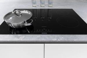 witte keuken kookplaat