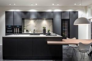 Zwarte keuken met marmerlook blad